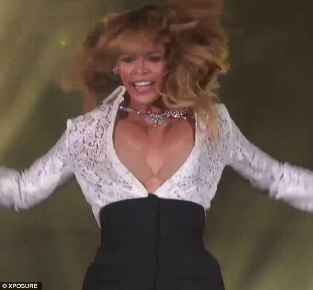 Beyonce Suffers Embarrassing Wardrobe Malfunction  Photos -7358